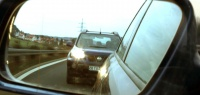 Какой знак дать слепящему фарами водителю позади, чтобы он понял?